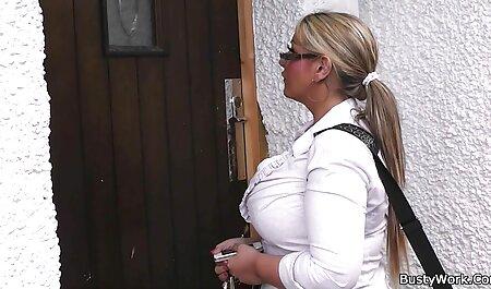 Diana Douglas se déshabille et se masturbe porno famille hd dans un couloir
