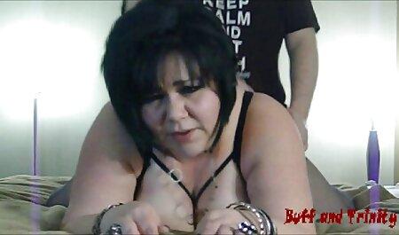 Petite brune bavarde avec de petits seins et reunion de famille porno une chatte crémeuse