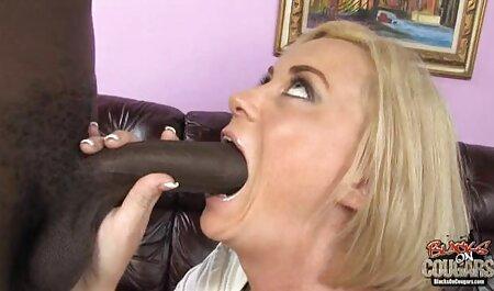Une brune potelée baise la grosse bite de son petit reunion de famille porno ami