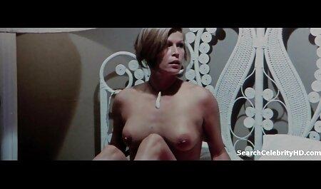 Une MILF rousse lèche la chatte de sa porn famille french belle-fille