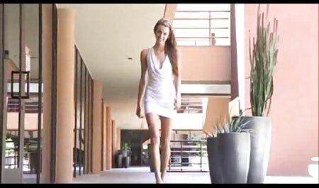 Black Muff film porno de famille Diver avec de petits seins léché par une jolie fille blanche