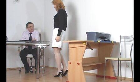 Miku Oguri, une fille japonaise vigoureuse, entretient une bite bien poilue porno massage famille