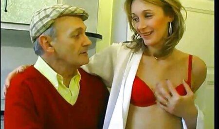 Ado soumise baisée avec un strapon par film porno dans la famille deux salopes lesbiennes