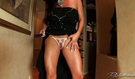 Betty jette son porno familiale uniforme scolaire pour s'amuser avec un gode
