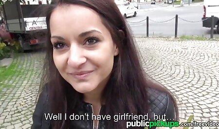 Babe pussylicked fait plaisir au client dans la salle porno en famille en français de bain
