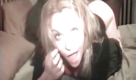 Jolie mignonne blonde prend soin du bois du matin au famille sex film lit